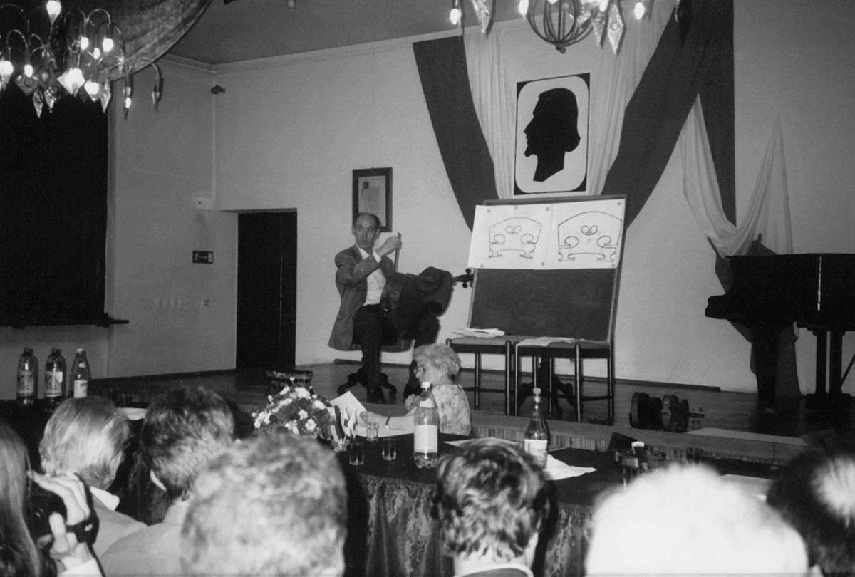 Konkursowi towarzyszyła w Muzeum Instrumentów Muzycznych wystawa pt. Polakowi tylko Boga i skrzypic – dzieje lutnictwa na ziemiach polskich oraz Międzynarodowe Sympozjum Lutnicze, podczas którego referaty wygłosili Helmut Mueller (na zdjęciu), Pierre Taconne i Luca Sbernini.