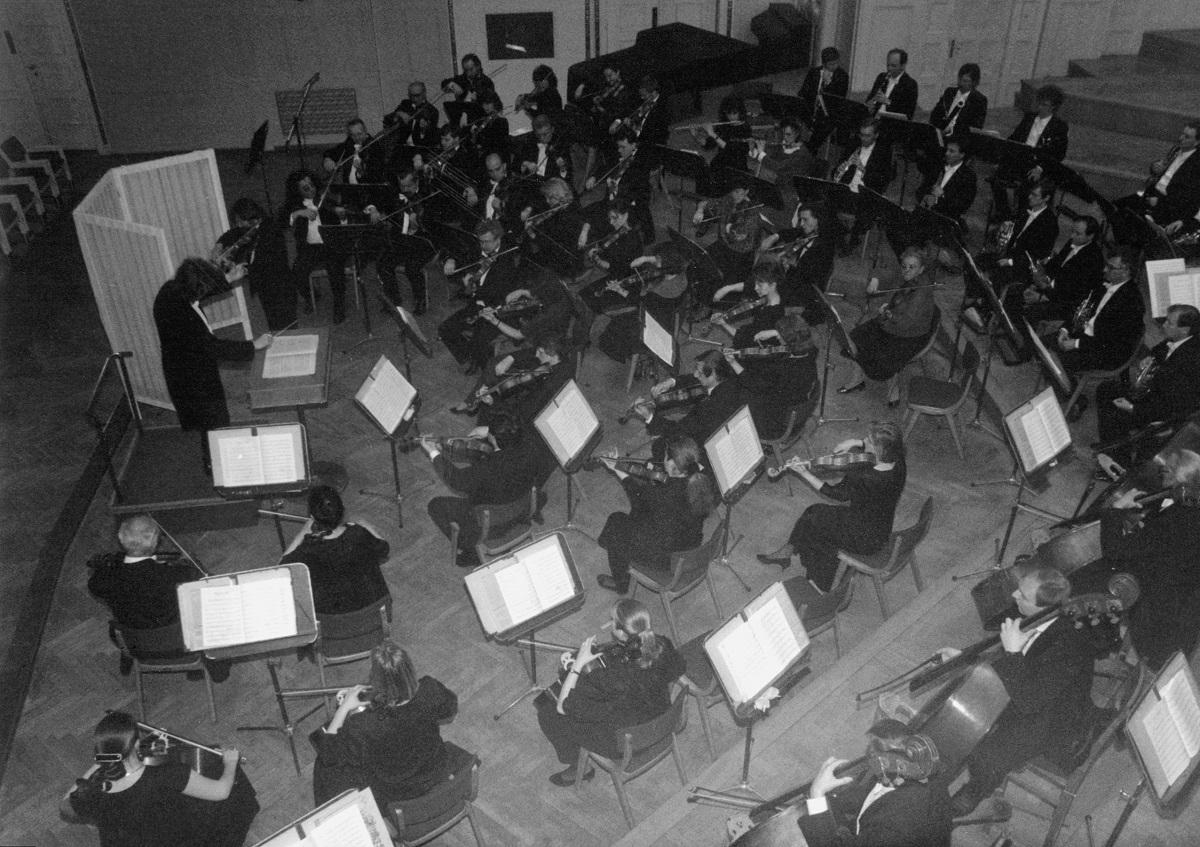 W III etapie Konkursu, 18 instrumentów dopuszczonych do finału, poddano ocenie dźwiękowej – w sali kameralnej i wielkiej sali koncertowej. Za specjalnym parawanem, na estradzie auli uniwersyteckiej, grał na nich Michał Grabarczyk z towarzyszeniem orkiestry symfonicznej Filharmonii Poznańskiej pod dyrekcją Wojciecha Michniewskiego.