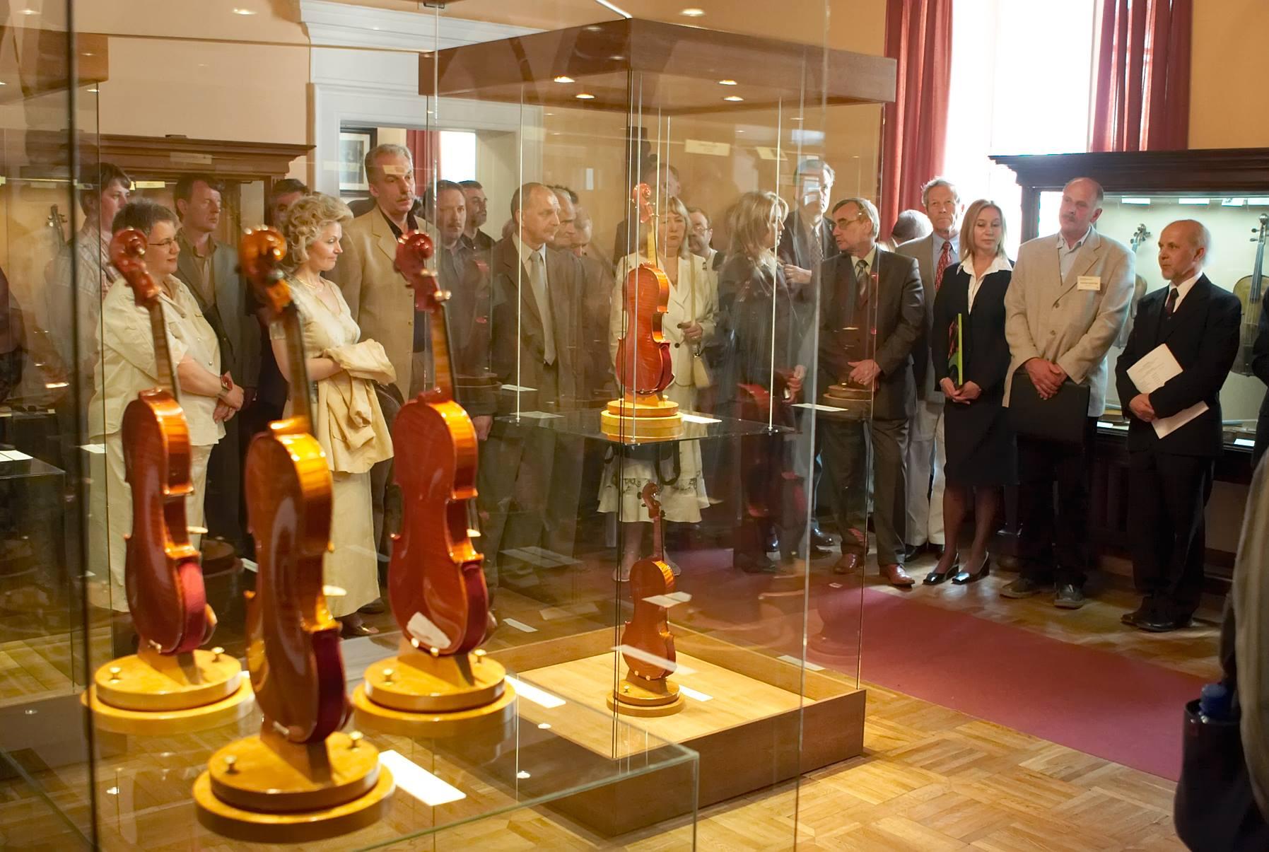 Nagrodzone skrzypce umieszczono na pokonkursowej Wystawie w Muzeum Instrumentów Muzycznych.