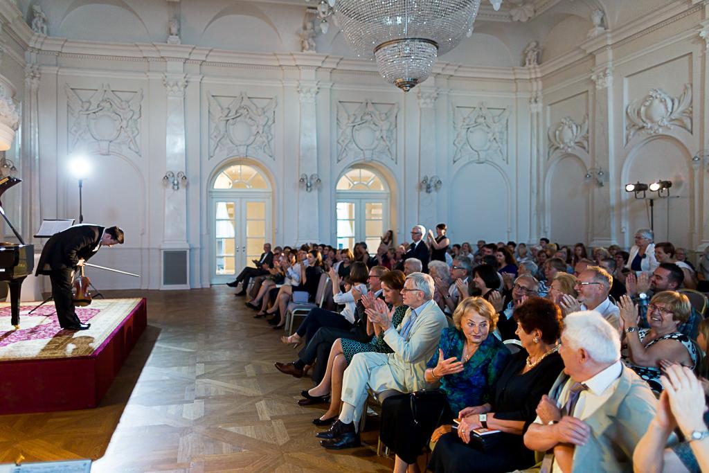 Stefan Tarara i nagradzająca go gromkimi oklaskami poznańska publiczność.