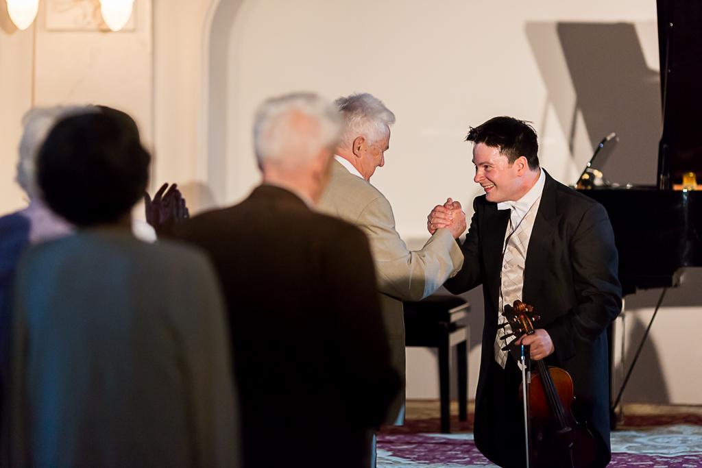 Dyrektor Andrzej Wituski gratuluje po koncercie Stefanowi Tararze.