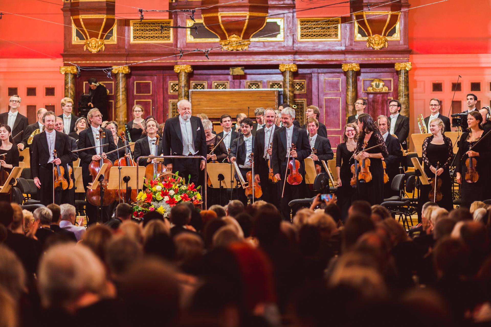 The Deutsche Kammerphilharmonie Bremen pod dyrekcją Krzysztofa Pendereckiego.